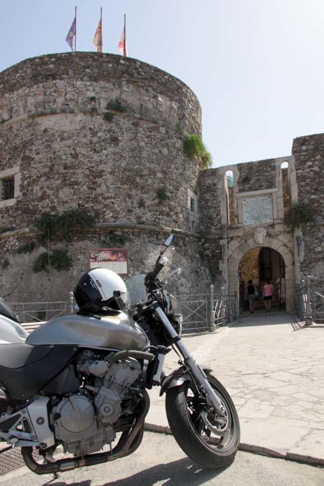 Calabria Coast to Coast - Ingresso al Castello dal ponte levatoio.