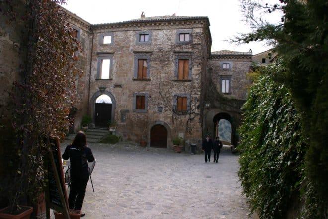 Civita di Bagnoregio, la casa crollata(dietro)