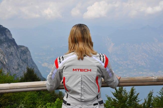 In motocicletta sui passi delle Dolomiti- La veduta sul lago di gardadal rifugio bocca di navene