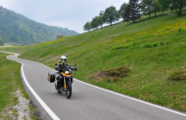 In motocicletta sui passi delle Dolomiti - salendo da caprino veronese verso il monte baldo
