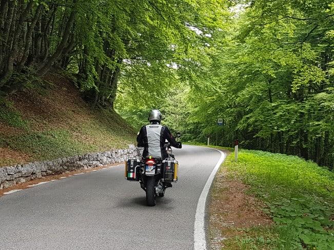 In motocicletta sui passi delle Dolomiti - scendendo dal Monte Baldo