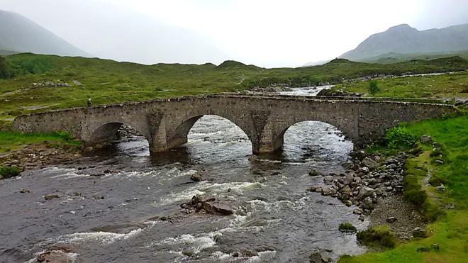 Scozia in moto, antico ponte nei pressi di Broadford che segnava la diramazione fra le strade più importanti dell'isola