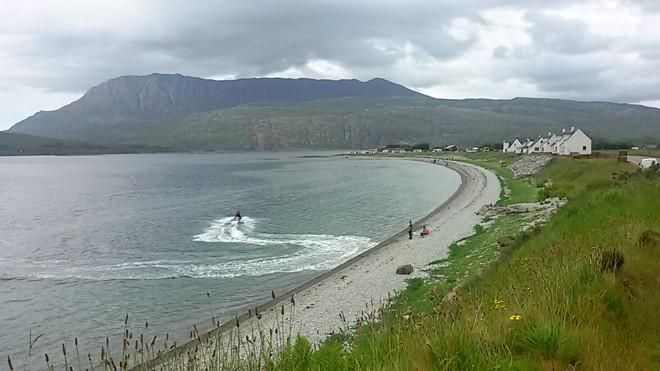 Scozia in moto, in moto d'acqua in vicinanza di una spiaggia di sassi vicino a Ullapool