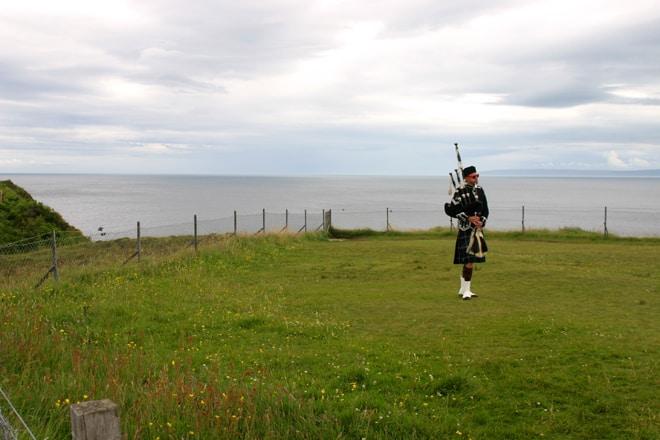 Scozia in moto, l'immancabile suonatore di cornamusa nei pressi della Kilt rock