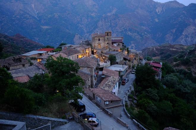 Il borgo di Gallicianò al tramonto diventa un presepe