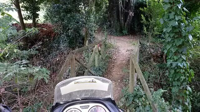 in moto nei sentieri in prossimità del parco
