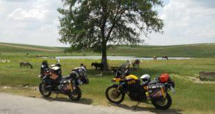 Due moto in viaggio utilizzando prodotti Motorex
