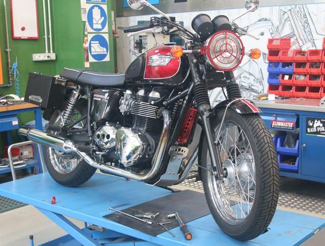 Il Kit completo montato sulla Triumph Bonneville: Puntale, Protezione Radiatore e Smarth Tank MyTech.