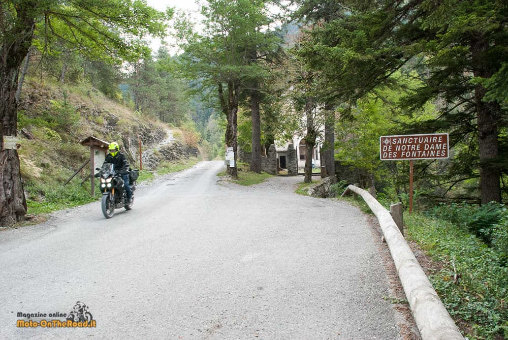 La Via del Sale, inizia un tratto d'asfalto e ci si ferma al Santuario di Nostra Signora del Fontan.