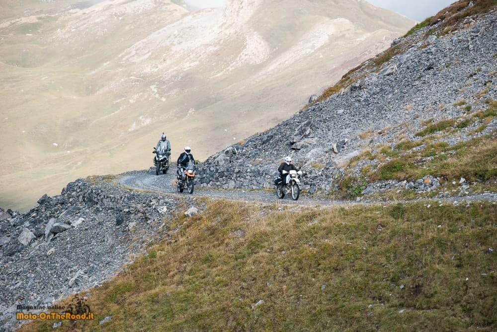 La Via del Sale, un bel passaggio del gruppo lungo la strada dei cannoni.