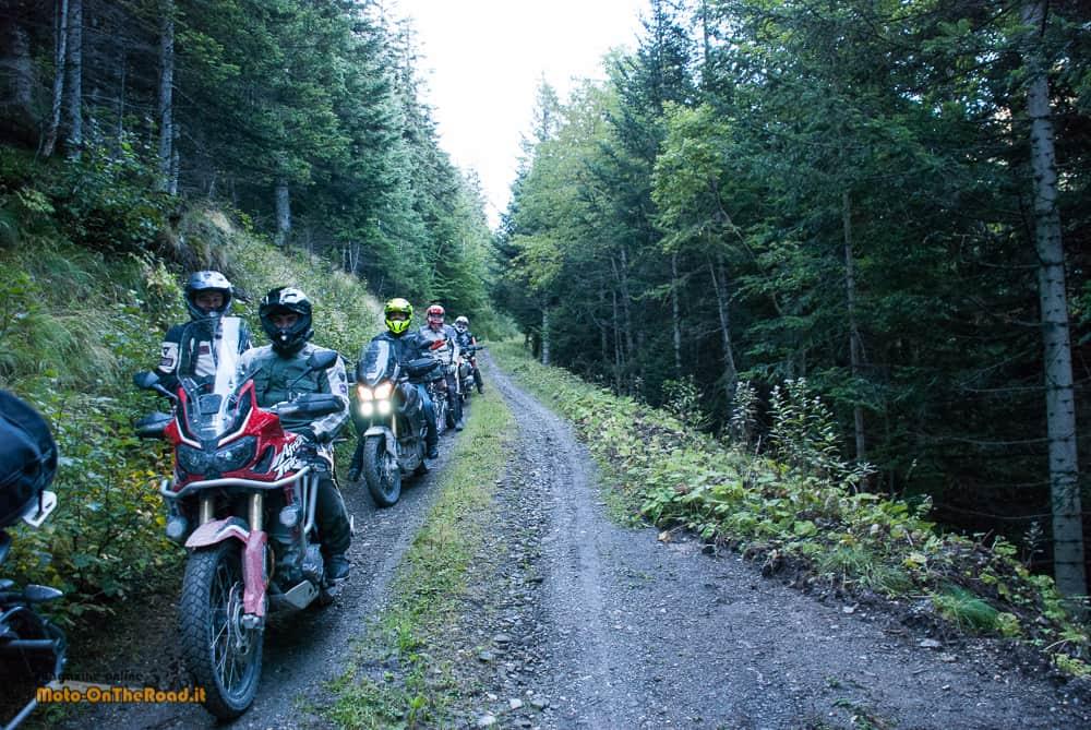 La Via del Sale, si parte a prima mattina...con un bel passaggio nel bosco.