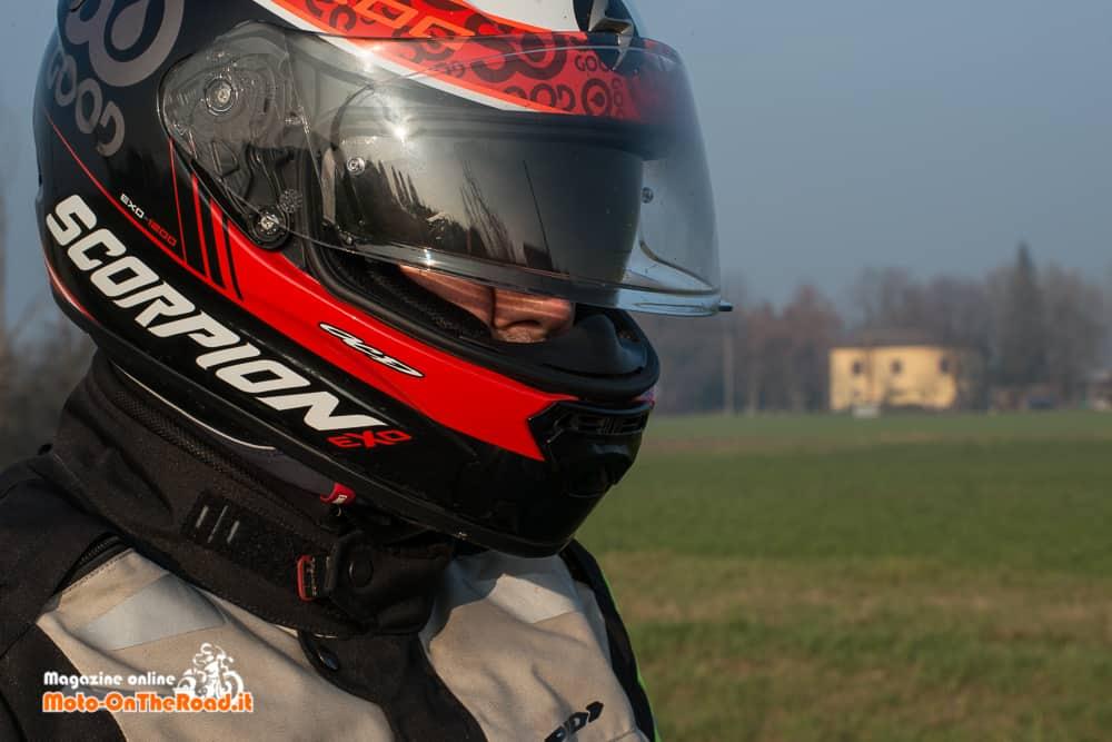 """Una volta indossato provate a scuotere velocemente il capo. Il casco vi deve seguire senza """"ballare""""."""