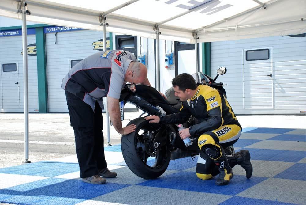 Gl effetti del piegare in pista sugli pneumatici