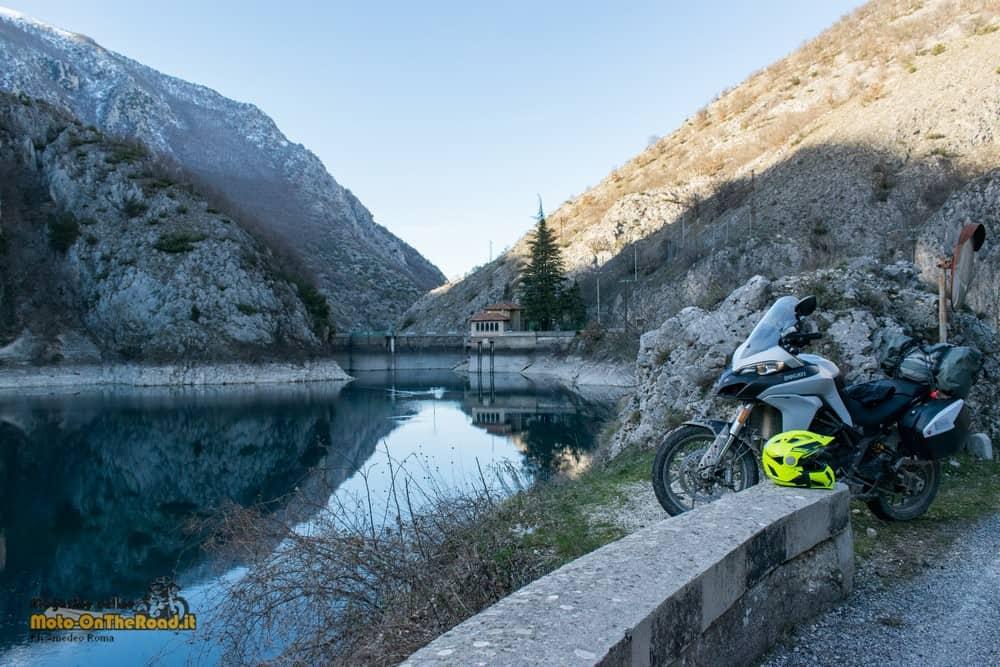 In viaggio raggiungiamo la diga del Lago di Scanno