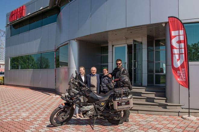 Manu e Ivana in visita alla GIVI, incontrano i vertici dell'azienda: Hendrica Visenzi e il padre e fondatore della GIVI Giuseppe Visenzi.