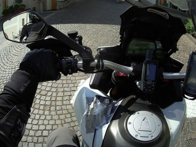 la nostra Centopassi: il ponte di comando della nostra moto, a sinistra si intravede il tracker imbustato