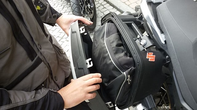 in viaggio con la Suzuki V-STROM 650 XT. Non paricolarmente capienti le borse laterali