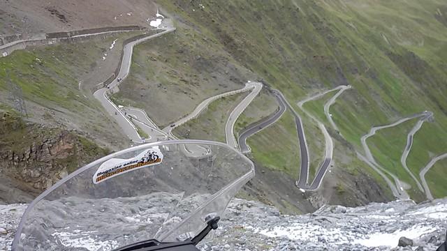 in viaggio con la Suzuki V-STROM 650 XT sul versante svizzero