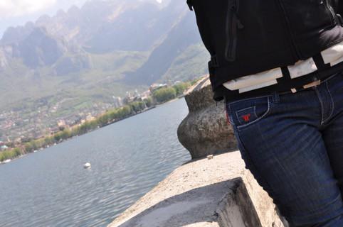 Motto Jeans -particolare delle ottime rifiniture sul modello Kira X da donna (Lago di Como)