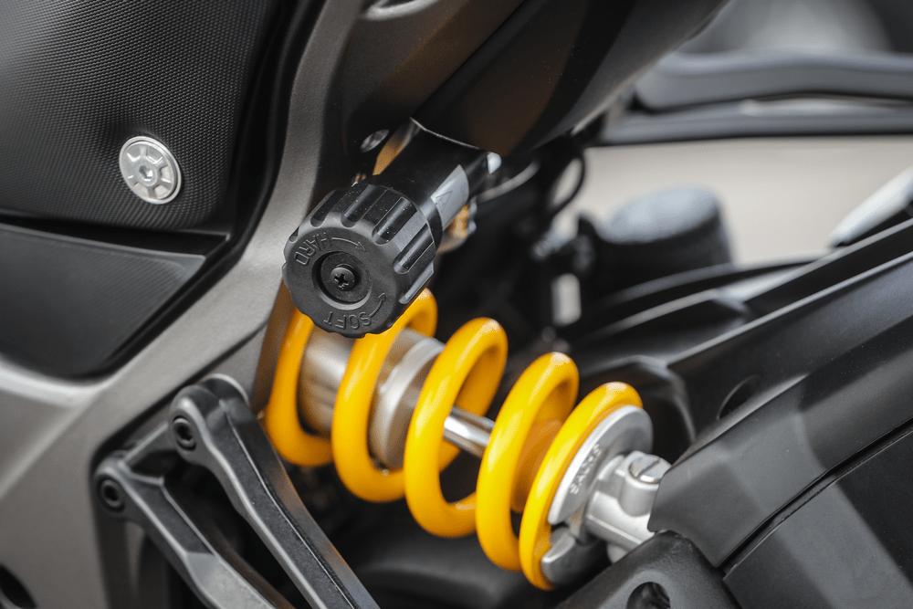 Cinque consigli per viaggiare in coppia in motocicletta. Regolazione precarico