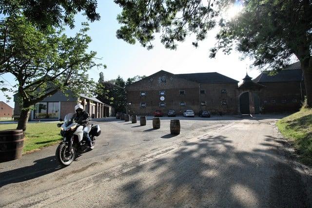 Vallonia in moto, l'esterno della distilleria Belgian Owl