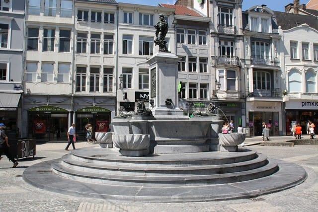 Vallonia in moto; Liegi. Fontana nel tipico marmo nero del Belgio, onnipresente