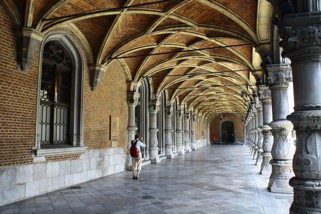 Vallonia in moto: Liegi; il colonnato rinascimentale nel palazzo vescovile.