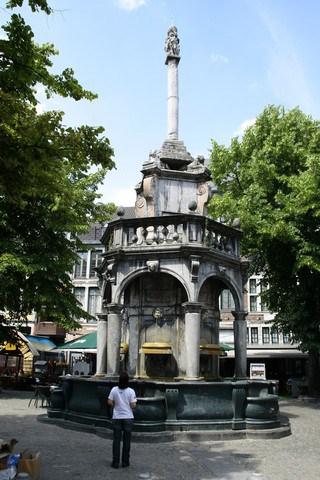 Vallonia in moto: Liegi, la fontana costruita nel punto che veniva usato per annunciare i proclami pubblici, poi pulpito di piazza per chi voleva esprimere una denuncia pubblica.