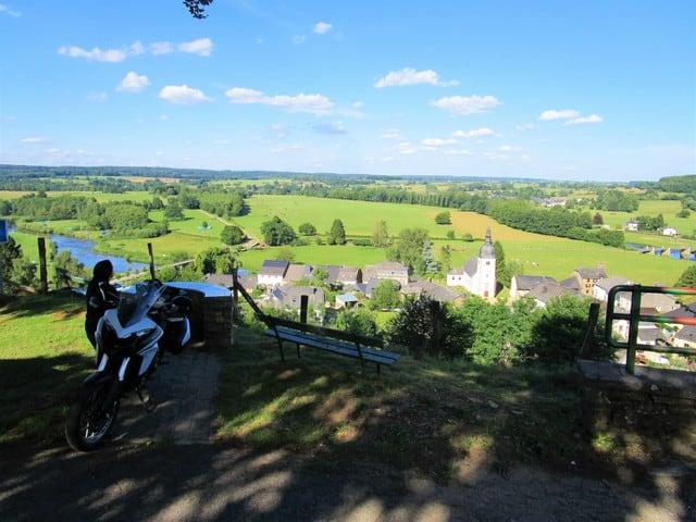 Vallonia in moto, un tipico paesaggio delle Ardenne: il fiume che scorre nella valle, la chiesa col campanile, i prati verdi, le colline dove scorrazzare con la moto. e pensare che noi italiani non la conoscevamo...