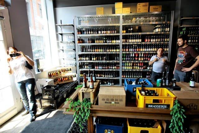 Vallonia in moto; Liegi, the Beer House, negozio specializzato in birre. Un luogo sacro.