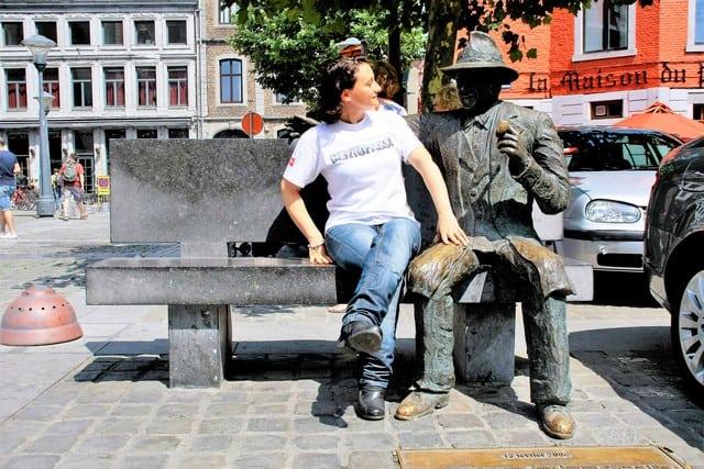 La statua di Simenon, importuna la nostra fotografa. Lei gli resisterà?