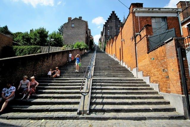 Vallonia in moto, Liegi. la scalinata che porta alla cittadella, anticamente usata dalle guardie del principe-vescovo per scendere in città durante la libera uscita.