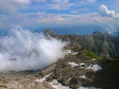 Le nubi si spostano liberando squarci dei cantoni circostanti