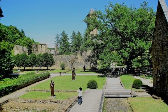 Vallonia in moto: interni dei giardini dell'Abbazia di Orval