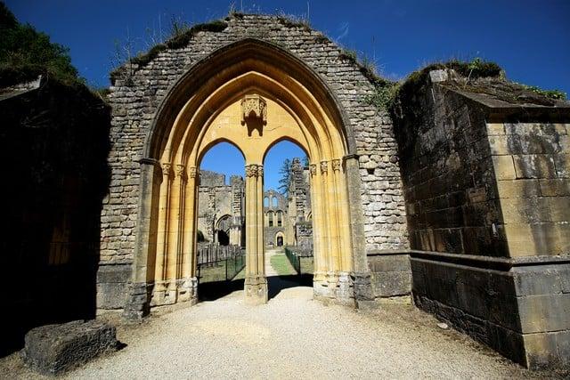 Vallonia in moto: l'antico ingresso della cattedrale dell'abbazia di Orval, distrutta come tanti simboli del potere religioso durante la furia della rivoluzione francese.