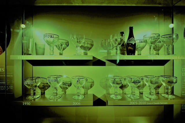 Vallonia in moto: calici di birra prodotta dentro l'abbazia attraverso la storia. La Orval, una delle birre trappiste belghe, ovvero prodotte esclusivamente all'interno di un'abbazia è una delle più rinomate ed esportate. Nello spaccio si possono acquistare un massimo di 4 casse da 12 al giorno. Non abbiamo mai sofferto così tanto per l'eseguità del bagaglio che si può portare in moto!