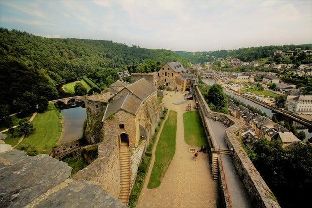 Vallonia in moto: l'ansa della Mosa che ospita la città di Bouillon, perfettamente intuibile da una delle terrazze del castello, eretto sugli speroni rocciosi che la dominano.