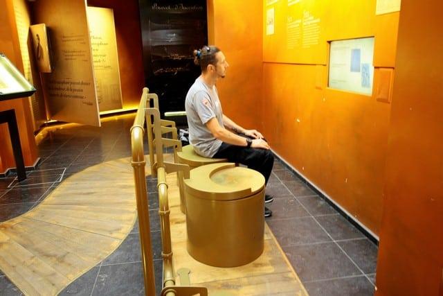 Vallonia in moto: il museo del Sax, il nostro inviato cerca invano di accrescere la propria istruzione musicale.