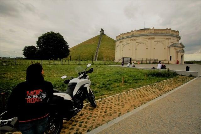 Vallonia in moto; il memoriale di Waterloo e la collina artificiale eretta nel luogo in cui fu ferito Guglielmo d'Orange.