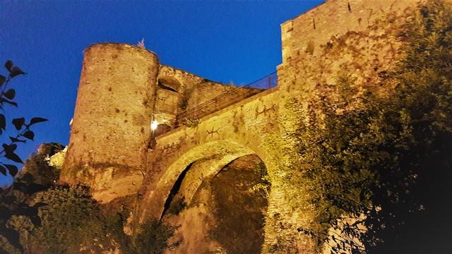 Vallonia in moto: il castello di Bouillon, uno dei ponti nella magia dell'illuminazione serale.