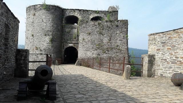 Vallonia in moto: l'ingresso dal ponte levatoio del castello di Bouillon