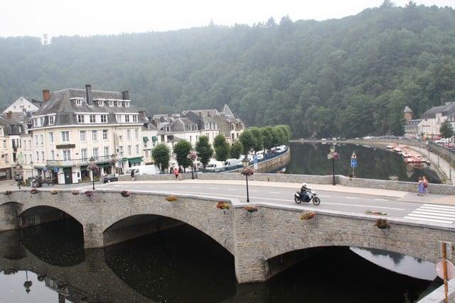 Vallonia in moto: il ponte sulla Mosa di Bouillon