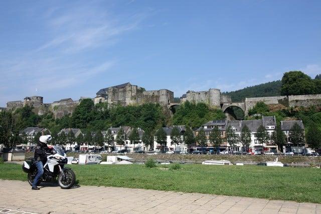 Vallonia in moto: il castello di Bouillon, eretto su tre distinti speroni rocciosi che dominano la città uniti da ponti levatoi.