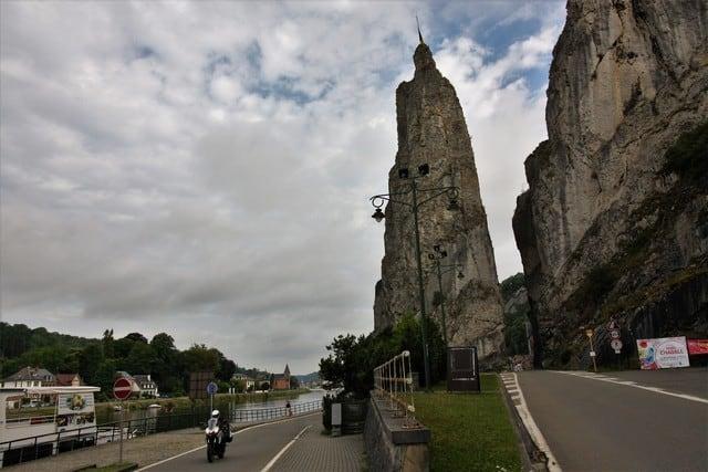 Vallonia in moto: dalla porta di ingresso di Bouillon a quella di Dinant; due speroni rocciosi altissimi fra i quali passa la strada. la natura del territorio ha condizionato tantissimo, ovviamente, le costruzioni e il sistema di costruzione e difensivo delle città vallone.