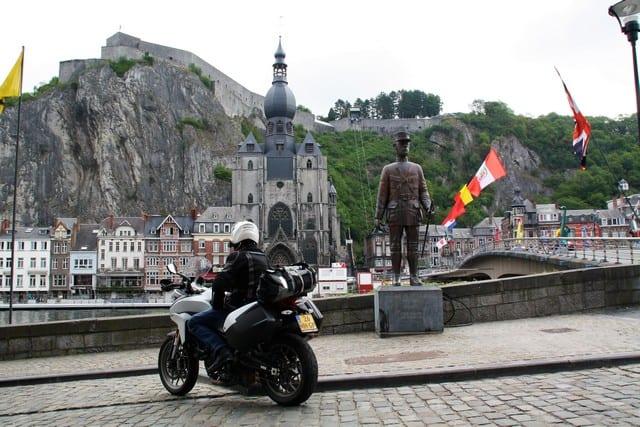 """Vallonia in moto: la statua dedicata a De Gaulle, che quì ricevette il """"battesimo del fuoco"""" tentando di difendere la città dall'invasione tedesca. a dire il vero è abbastanza fumettistica e richiama alla mente molto più un personaggio di Tin Tin, il celebre fumetto belga, che non un capo di Stato."""