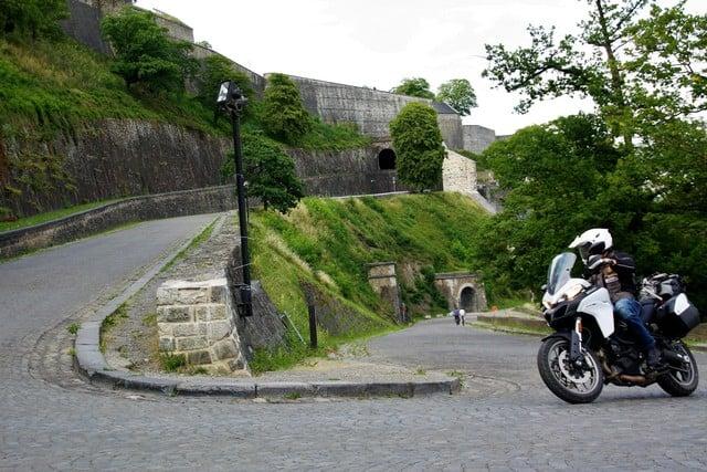 Vallonia in moto: sulla Route Merveilleuse che sale alla cittadella di Namur