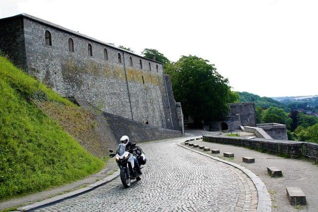 Vallonia in moto, la salita sulla Route Merveilleuse che si attorciglia sulla collina della cittadella di Namur