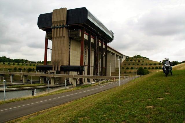 Vallonia in moto, uno dei numerosi ascensori per i battelli che consentono di rendere navigabili i numerosi canali della pianura belga