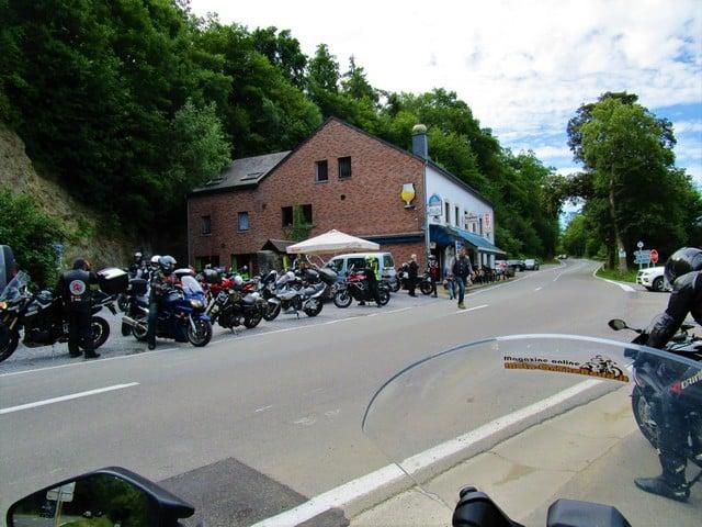 Vallonia in moto: raduno di moto appena fuori Durbuy. Tantissime le moto che godono di questa bellissima parte d'Europa, incredibilmente, prima dell'uscita di questo reportage, sconosciuto ai motociclisti italiani.