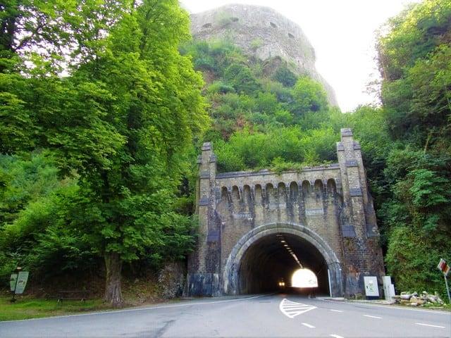 Vallonia in moto: la porta di ingresso della ittà di Bouillon, si apre su un tunnel che passa sotto il castello.